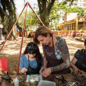 Mosaico Paz e Amor com Silvia Marcon. Festival #deslocamentos4D. Vila Flores. Porto Alegre. Dezembro de 2016.
